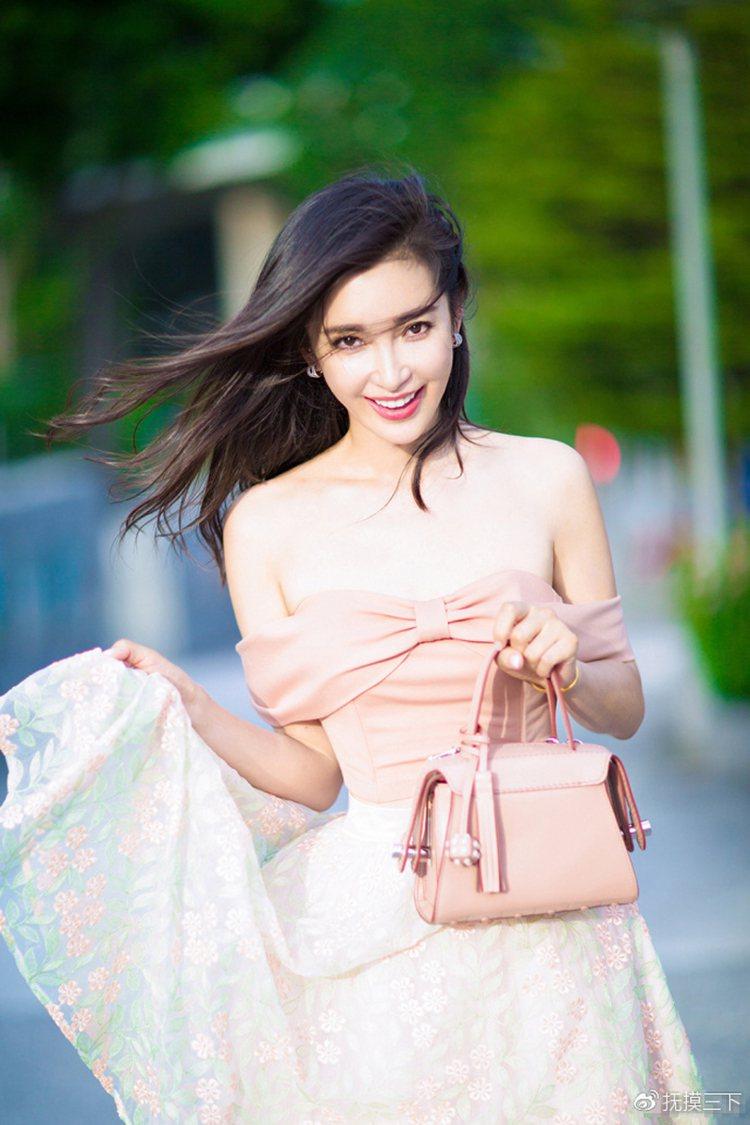 中國演員李冰冰以TOD'S Twist Bag搭配甜美紗裙,洋溢婉約氣質。圖/T...