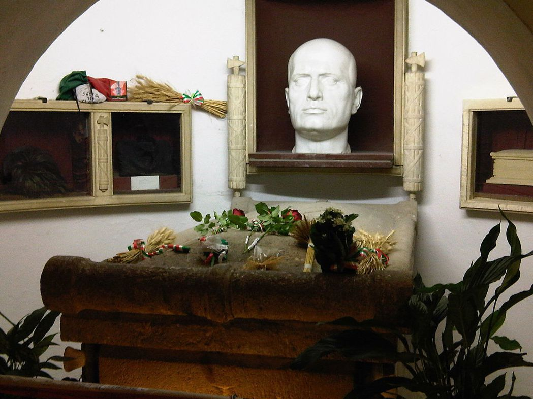 位於普雷達皮歐的墨索里尼陵寢,中央放置了墨索里尼頭像。每年有數萬義大利人前往打理...
