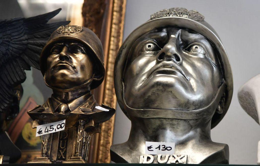 墨索里尼周邊商品頭像,刻有拉丁文「DUX」(領袖)字樣,這是墨索里尼過去用為自稱...
