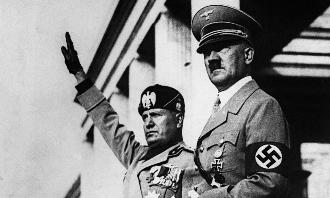 墨索里尼的政權、政績建立在侵犯人權的基礎上。左為墨索里尼,右為希特勒。 圖/維基...