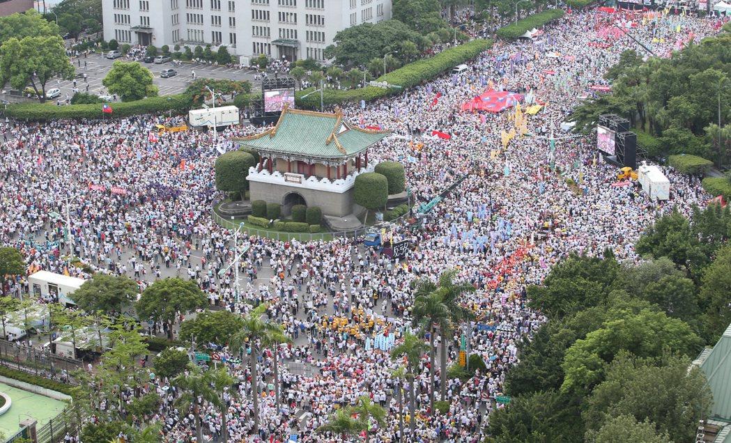 監督年金改革行動聯盟去年9月3日齊聚凱道,訴求「反汙名,要尊嚴」,遊行隊伍集結在...