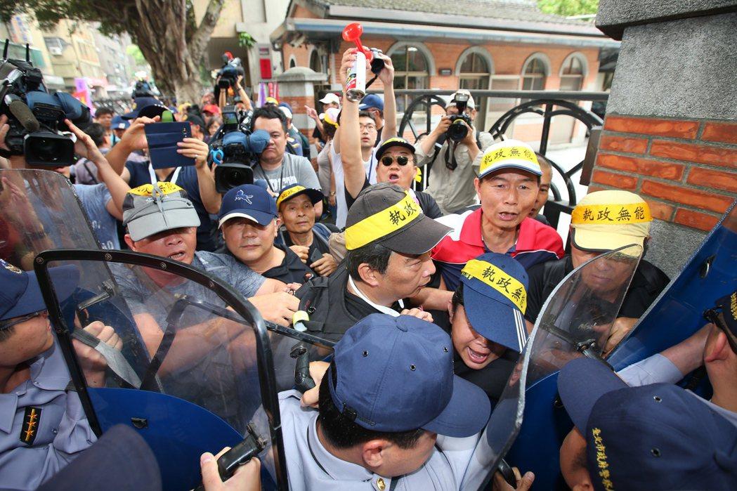 監督年金改革行動聯盟昨天以人牆企圖阻擋立院各出入口,並與警方發生推擠衝突。 記者...