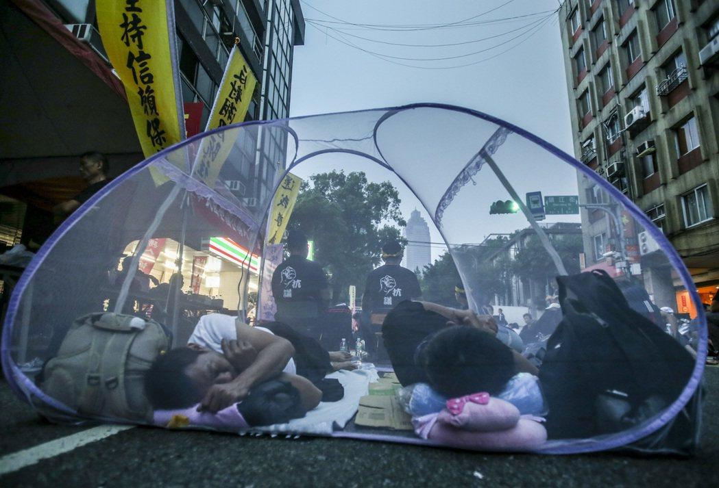 監督年金改革聯盟夜宿並包圍立法院,抗議者帳篷內睡覺。 記者楊萬雲/攝影