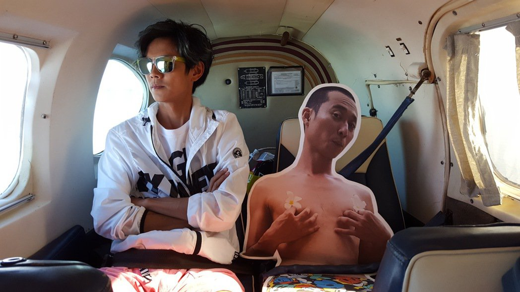 浩子在節目邁向千集時承諾跳票,阿翔只好帶著他的人形立牌實現員工旅遊的夢想。圖/T