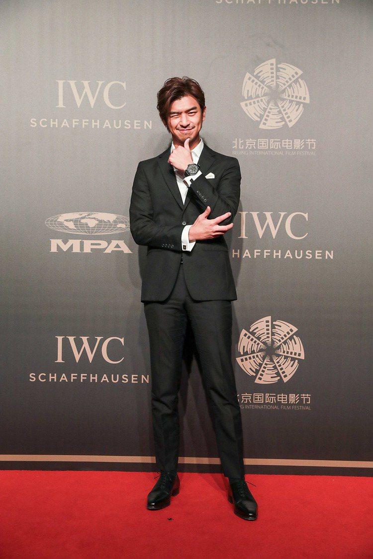 陳柏霖在IWC舉辦的獨家電影人晚宴紅毯上,擺出俏皮表情。圖/IWC提供