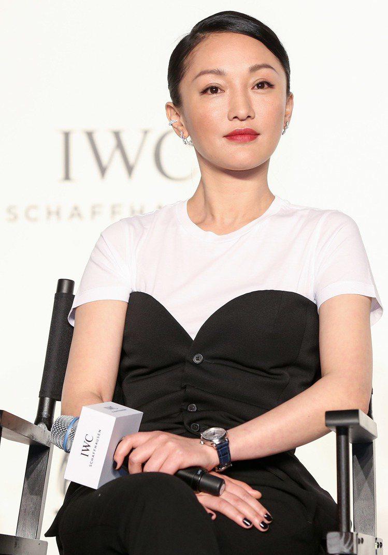 周迅身穿黑、白對比剪裁的褲裝,出席電影座談會,展現知性魅力。圖/IWC提供