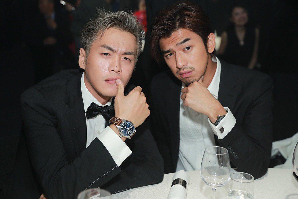 陳柏霖與中國男星張若昀拍照時擺出痞樣,讓人莞爾一笑。圖/IWC提供