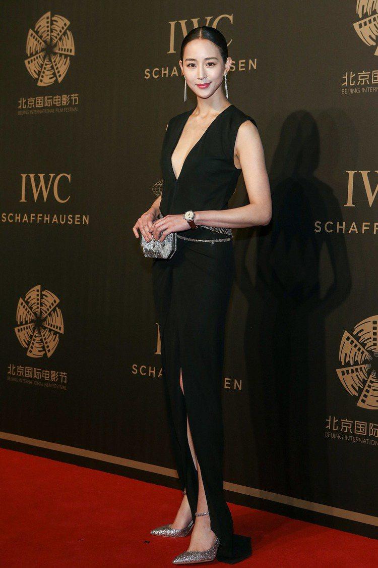 張鈞甯以小露性感的禮服造型,現身IWC舉辦的獨家電影人晚宴。圖/IWC提供