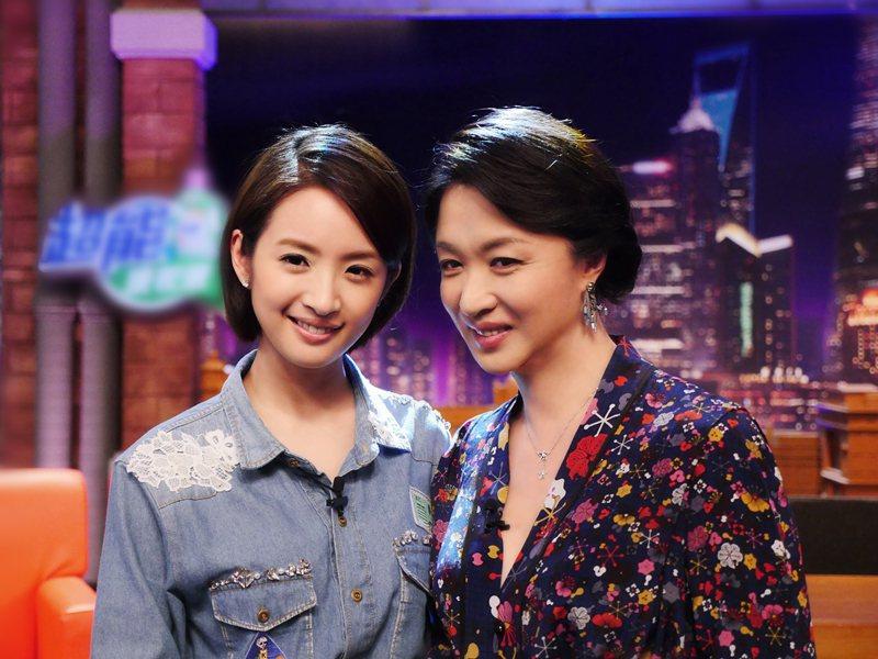 林依晨(左)與「金星秀」主持人金星合影。圖/華映提供