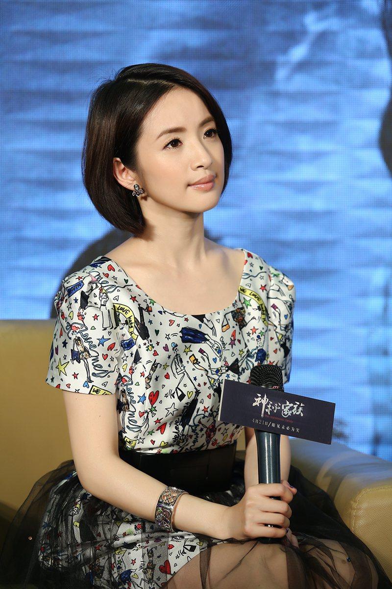 林依晨在「神秘家族」中扮演憂鬱少女。圖/華映提供