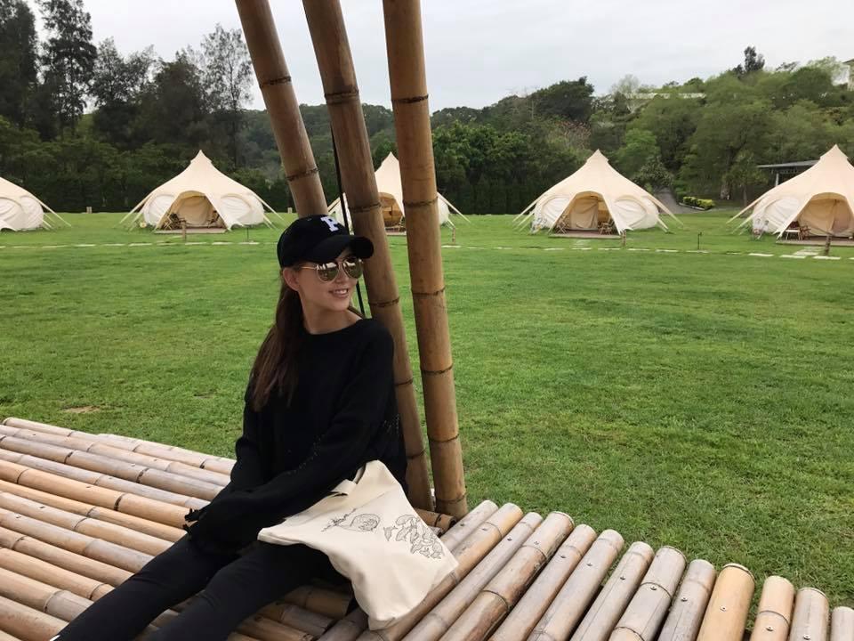 昆凌日前在臉書上傳露營照,看不出已懷孕近5個月。圖/摘自臉書