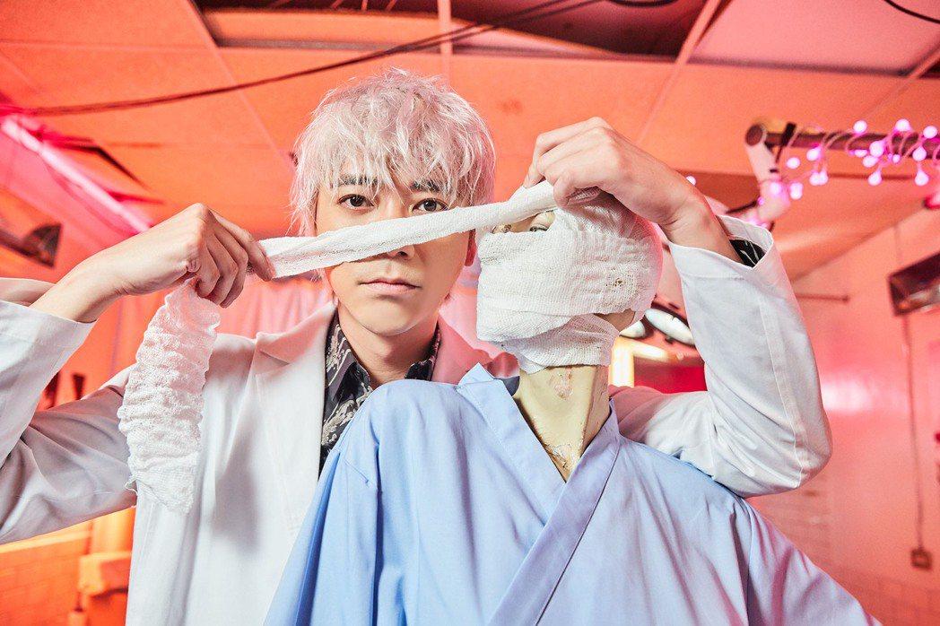 信「說說臉」MV扮超狂整型醫生,電鑽、樹枝剪用來修修臉。圖/華研提供