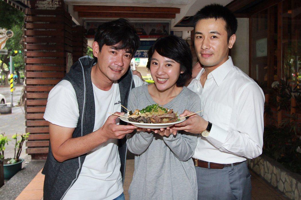 柯叔元(左起)帶魯味探班方宥心和傅子純。 圖/民視提供