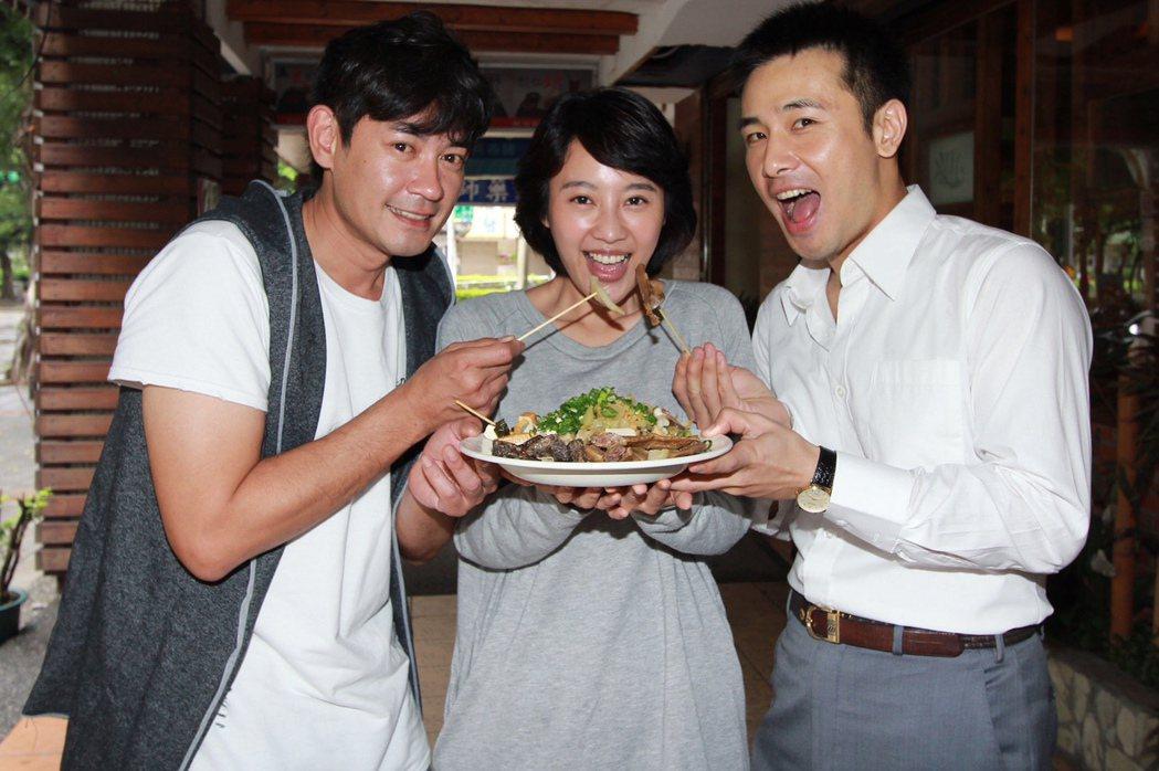 柯叔元(左起)帶魯味探班方宥心和傅子純 。圖/民視提供