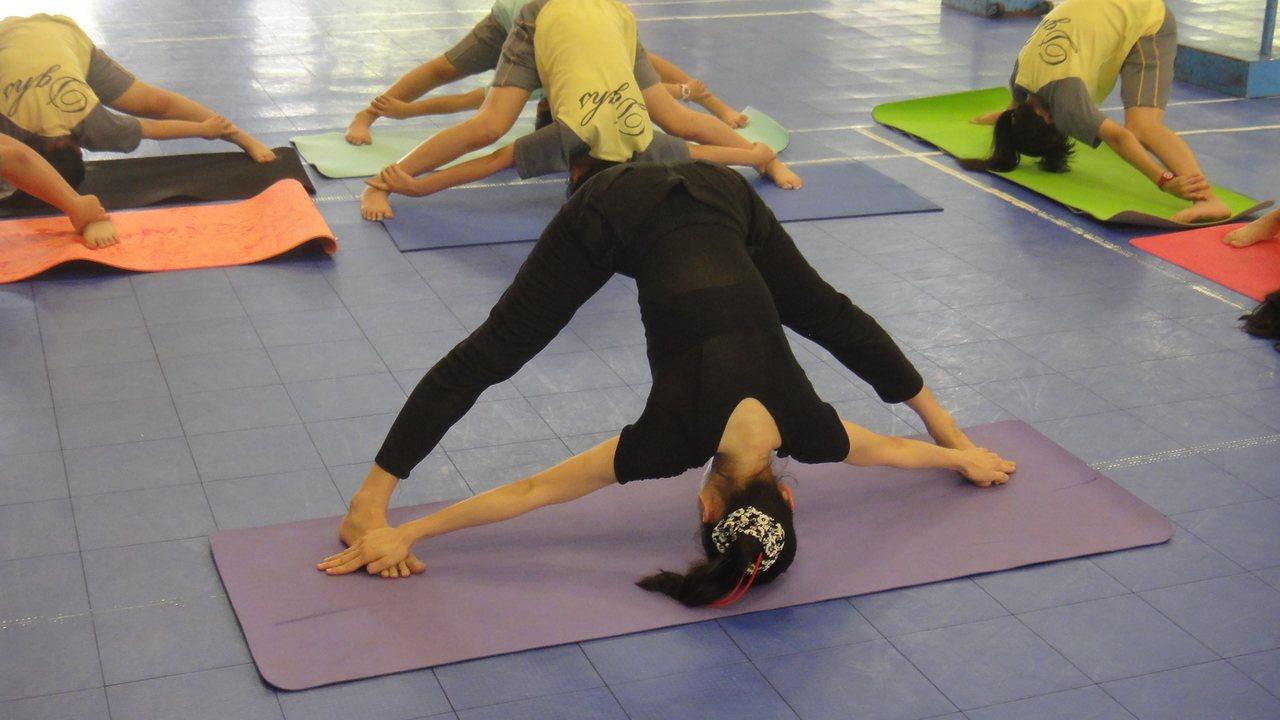 瑜珈社團老師林丞惠帶著學生做拉筋動作。記者蔣繼平/攝影