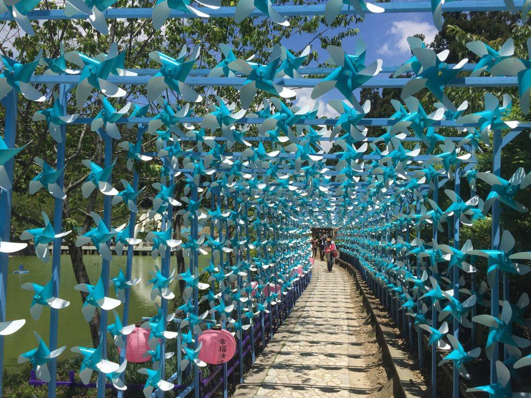 清境風車節以「天空藍」為主調,迎風旋轉的風車隧道,讓人暑氣全消。記者江良誠/攝影
