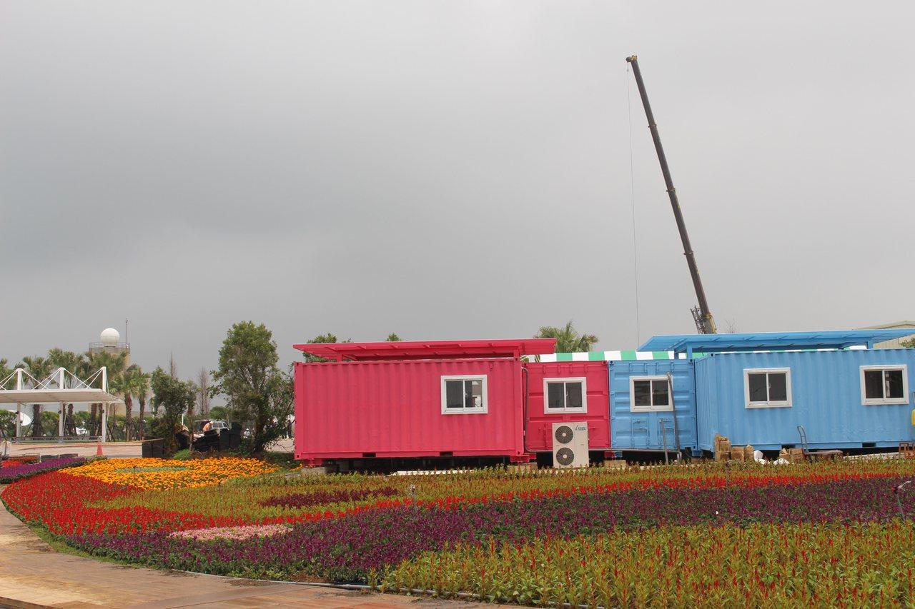 農博會場展區間有巨大蝴蝶、彩色鯨魚、超大型稻草電鍋,還有花毯排成的植物地景與迷宮...