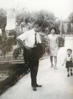 童年陳文彬與父母的合影。 陳文彬  圖片提供