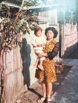 1970年代,陳文彬的媽媽抱著他的妹妹在警眷宿舍家門前,後來這裡成了「鹿港桂花巷...