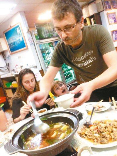 西班牙分子料理名廚Andoni Luis Aduriz,愛上高雄海味餐廳的魷魚螺...