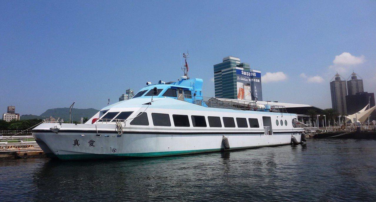 4月22日世界地球日,高市輪船公司推出特殊遊港航線,將船直接開到壽山跟旗后山山腳...