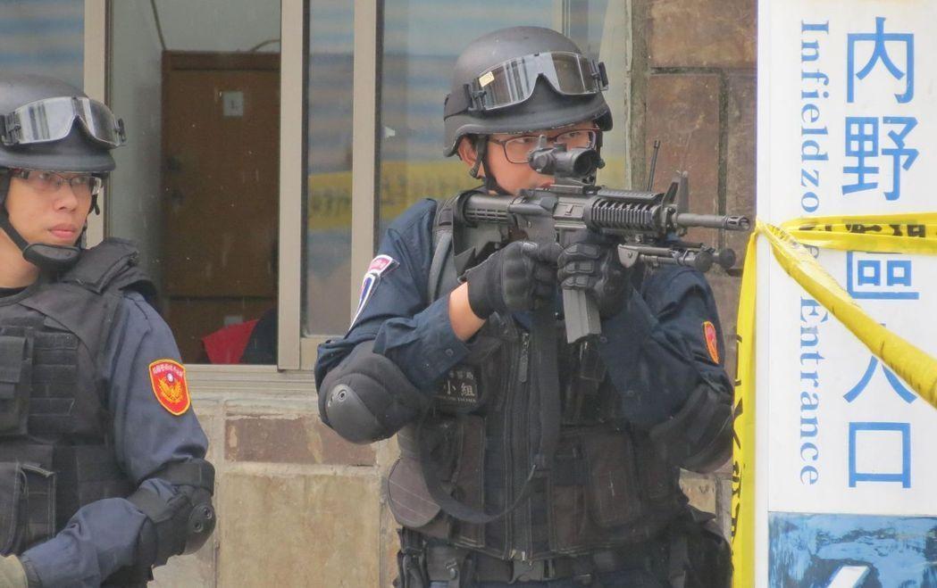 板橋警分局反恐實際操練。 本報資料照片