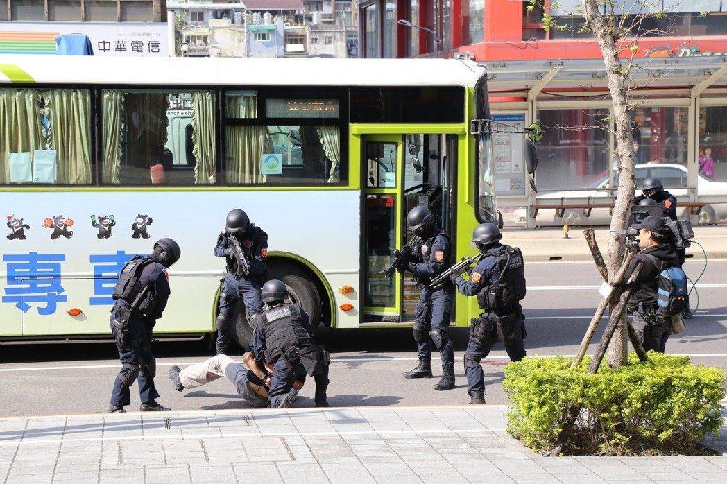 北市府預演世大運的災害防救及反恐演習,演練項目包含歹徒劫持選手專車。本報資料照片