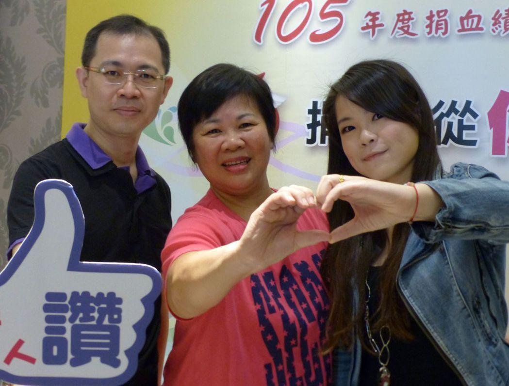 鄧羽媗(中)捐血的熱情,感動兒子翁偉桐(左)、女兒翁思縈(右),3人持續捐血,樂...