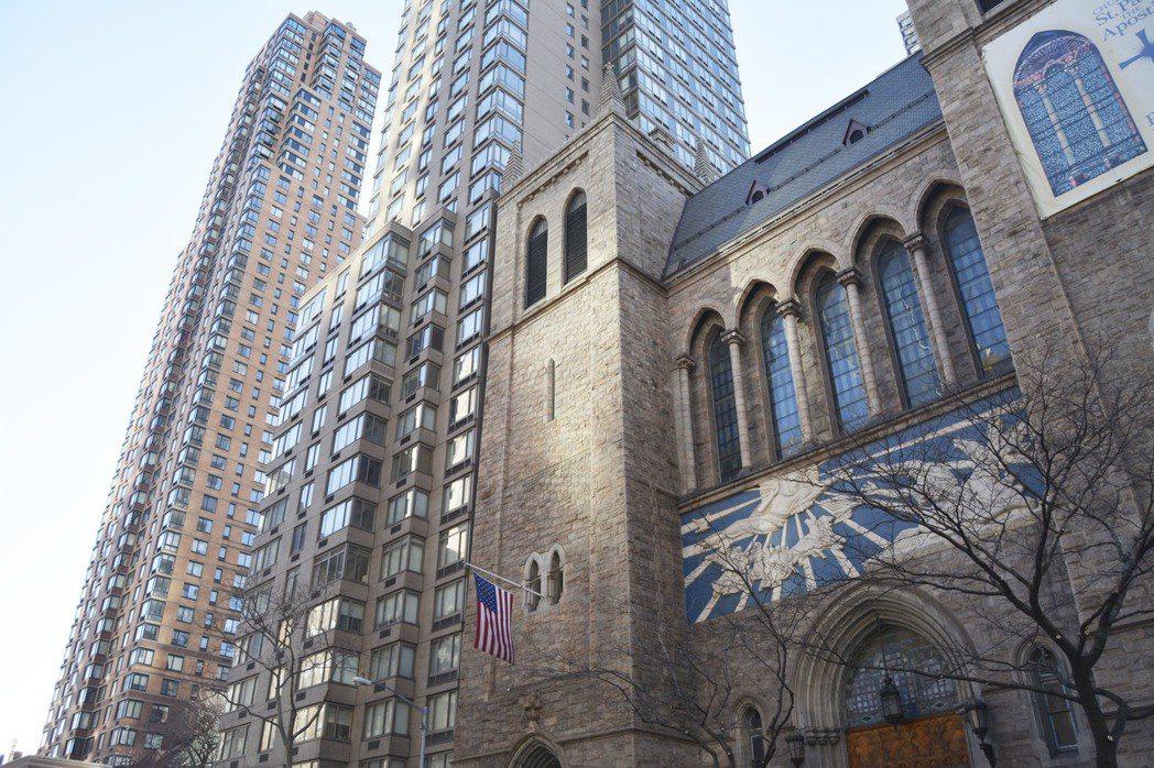 上西城文化底蘊濃厚,不少公寓蓋在教堂旁。(記者俞姝含/攝影)