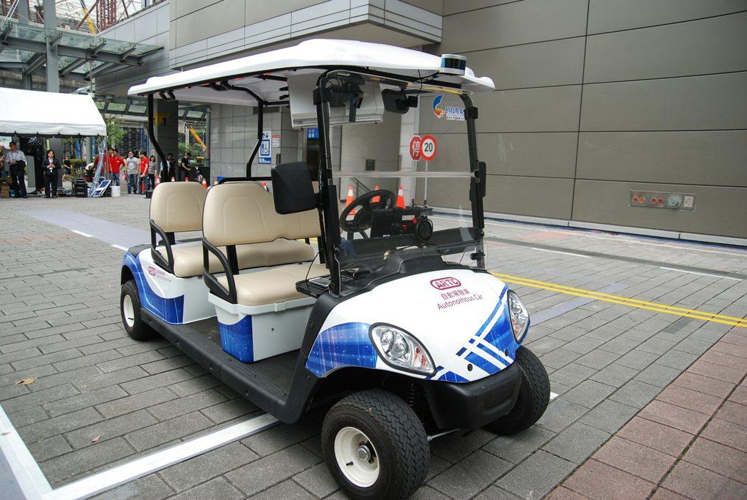 此次的展覽重點為這部高爾夫球車改裝而成的自動駕駛車。 記者林鼎智/攝影