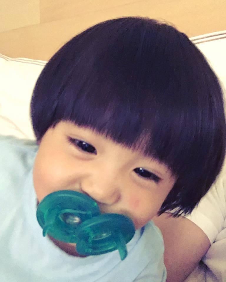 咘咘最近頭髮變多,新髮型曝光。 圖/擷自修杰楷臉書。
