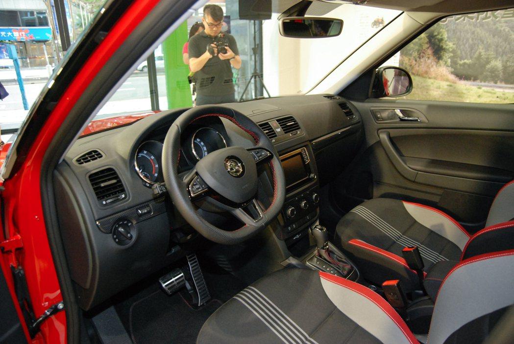 Škoda Yeti enJoy 享樂特仕車內裝換上 Carbon 中控飾板'金屬剎車/油門踏板與紅色的內裝縫線。 記者林鼎智/攝影