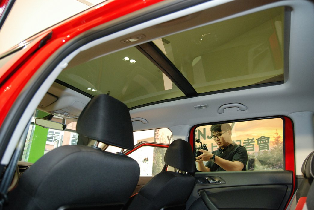 Škoda Yeti enJoy 享樂特仕車限量加碼 7 萬元的全景電調天窗。 記者林鼎智/攝影