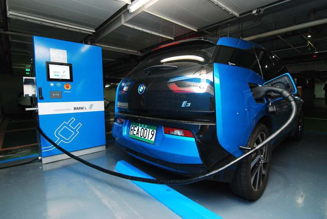 直流電快速充電座與BMW i3。記者林昱丞/攝影