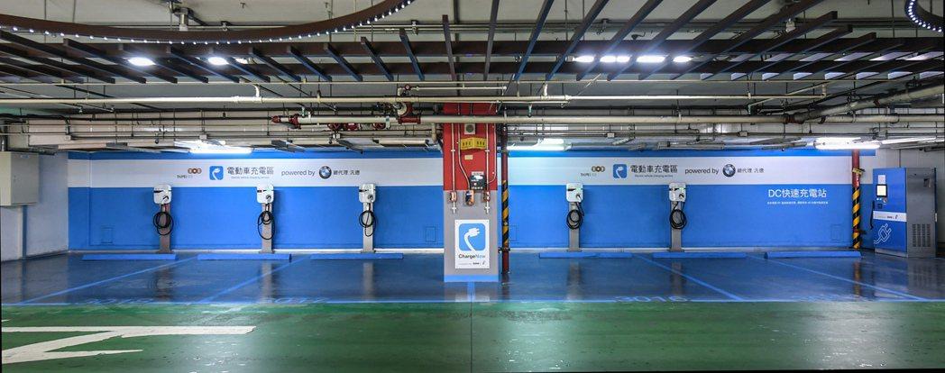 BMW i充電站進駐台北101大樓B3F停車場,共有5座交流電充電座以及全台首座直流電充電座。圖/汎德提供