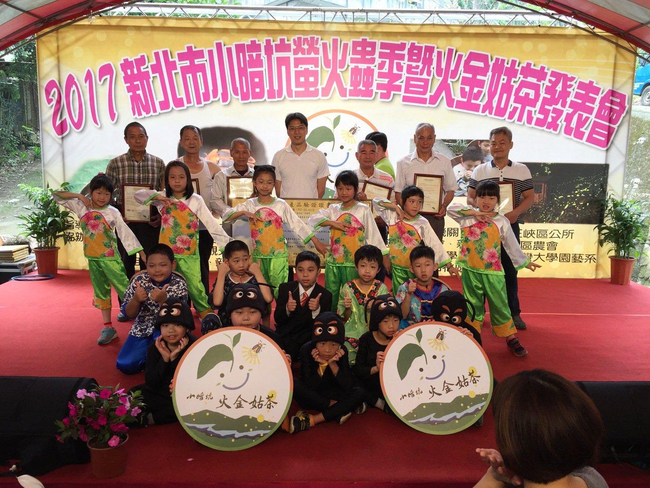 新北市三峽區長陳健民與獲有機農產品認證證書的6位茶農合影。 東南科大/提供