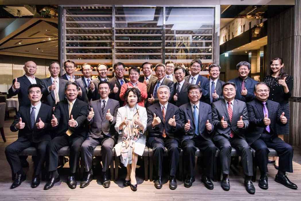 中華民國資訊軟體協會新任理事長邱月香(前排左四)與第十四屆全體理、監事合影。 協...