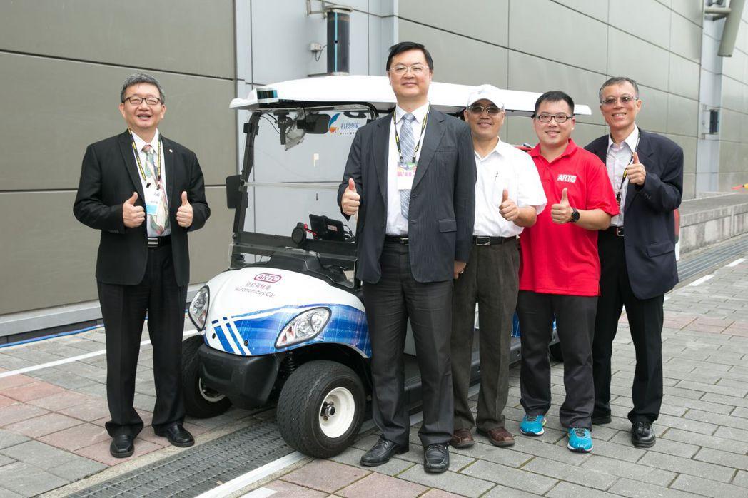 經濟部技術處代處長羅達生親自體驗由車輛中心自主研發的自動駕駛車,盛讚國人研發的自...