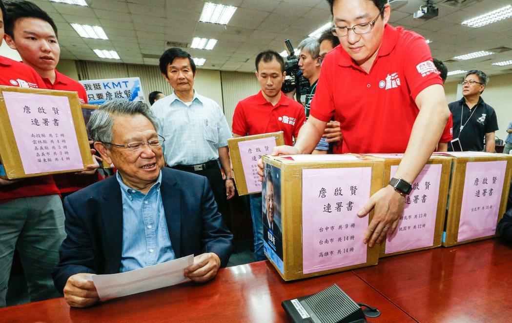 詹啟賢(左)前往中央黨部進行黨主席參選登記時,支持者搬了好幾箱的連署書來。 記者...