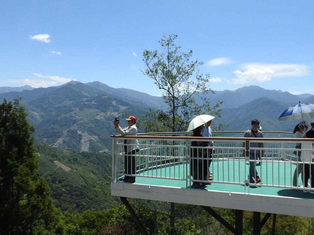清境高空觀景步道沿途設置平台,供民眾無障礙賞景,還可遠眺攝影。記者賴香珊/攝影