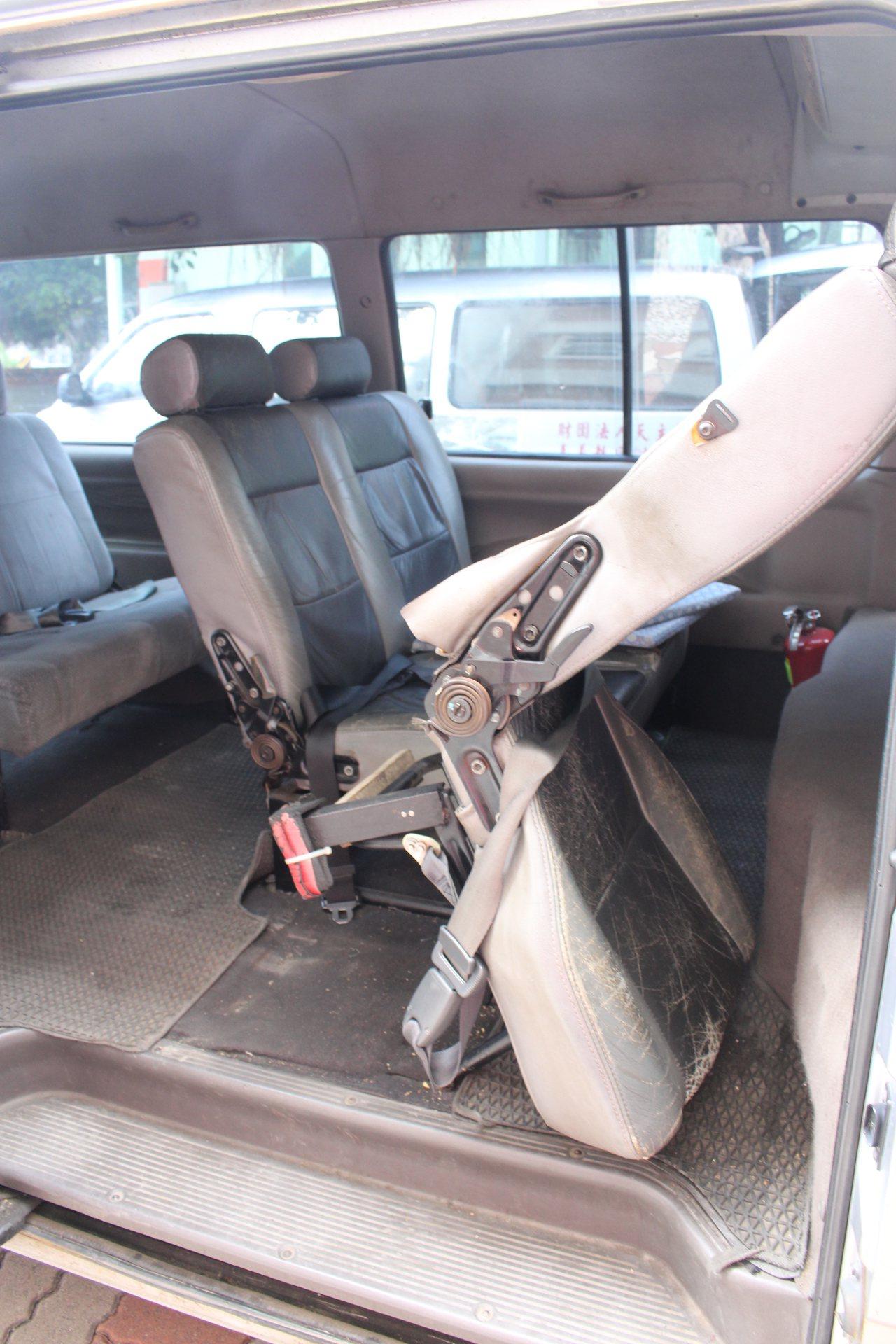 雲林縣華聖啟能發展中心的交通車狀況不佳,中心的老師自己DIY加強椅座結構,後座椅...