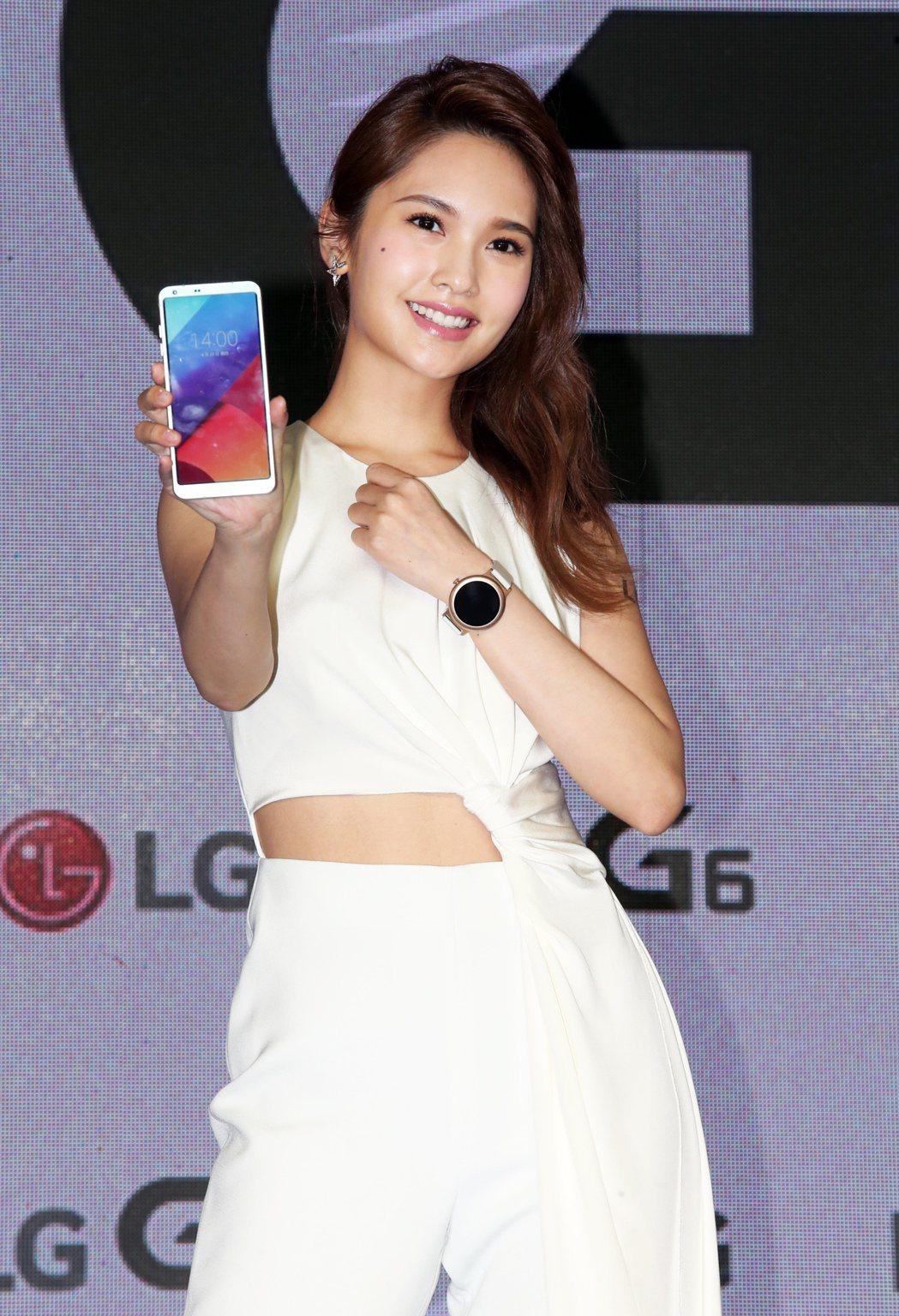 LG 今天舉辦 G6 旗艦手機上市發表會, 代言人楊丞琳出席站台。記者徐兆玄/攝...
