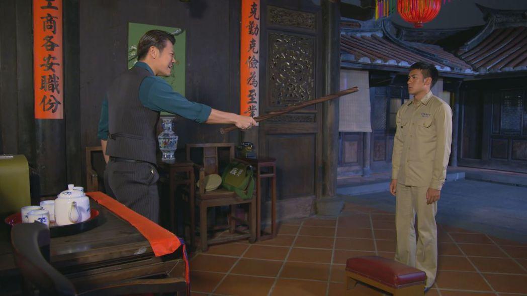 陳志強(左)和沈建宏在「這些年那些事」」中的父子情很精彩。圖/中天提供