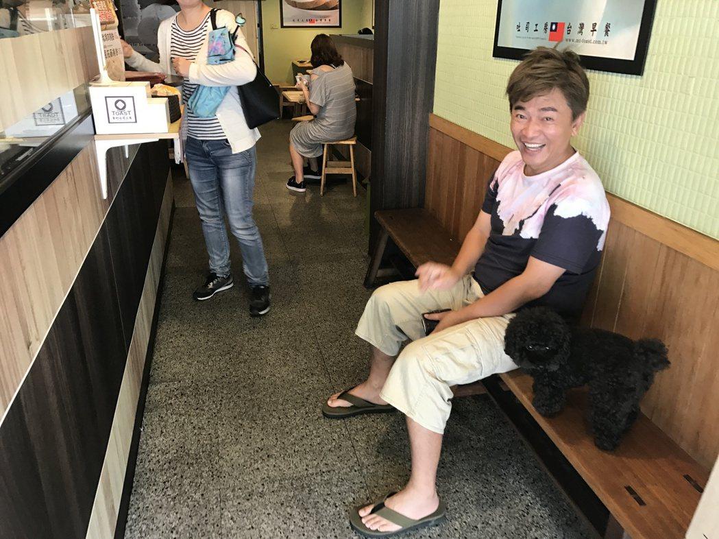 吳宗憲帶著寵物狗「Bingo」下樓買早餐。記者葉君遠/攝影