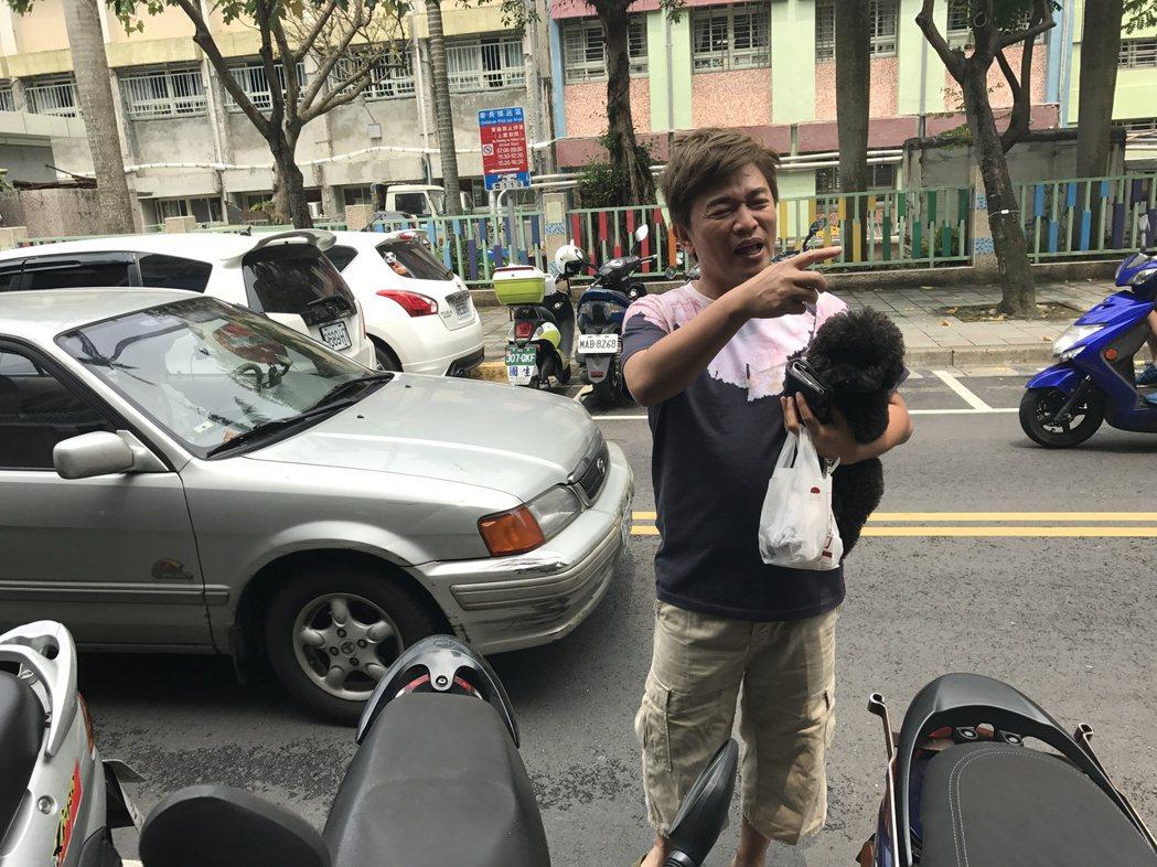 吳宗憲穿著拖鞋帶狗下樓買早餐,一人一狗非常逗趣。記者葉君遠/攝影