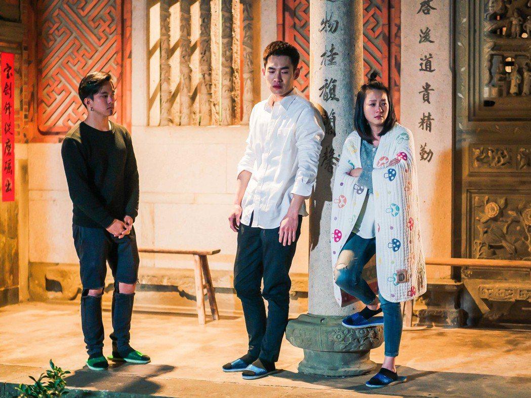 六月(右起)、張書豪、黃遠在劇中飾演不熟姊弟。圖/TVBS提供