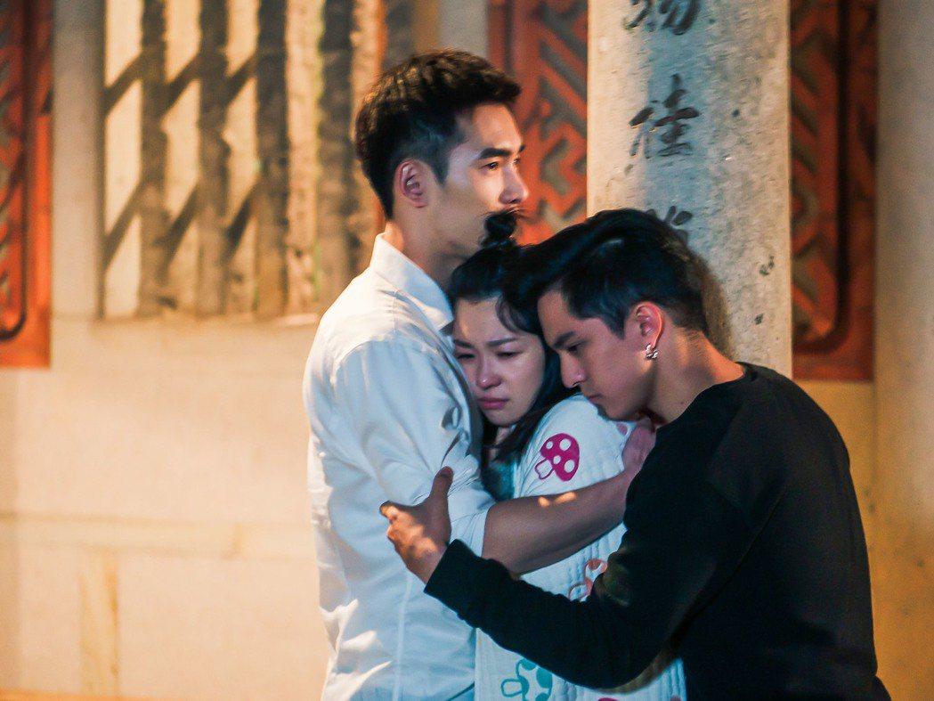 張書豪(左起)、六月、黃遠姊弟談心戲碼相當感人。圖/TVBS提供
