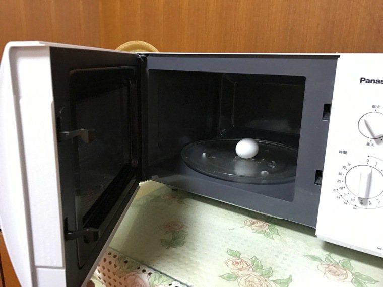生雞蛋絕對不能放在微波爐恐會引發爆炸。記者劉星君/攝影