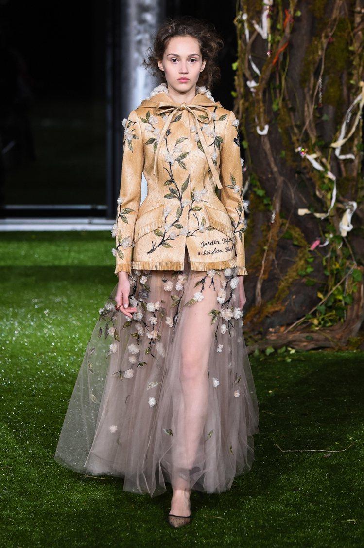 東瀛花卉與剪裁向1953年Dior先生的作品致敬。圖/DIOR提供
