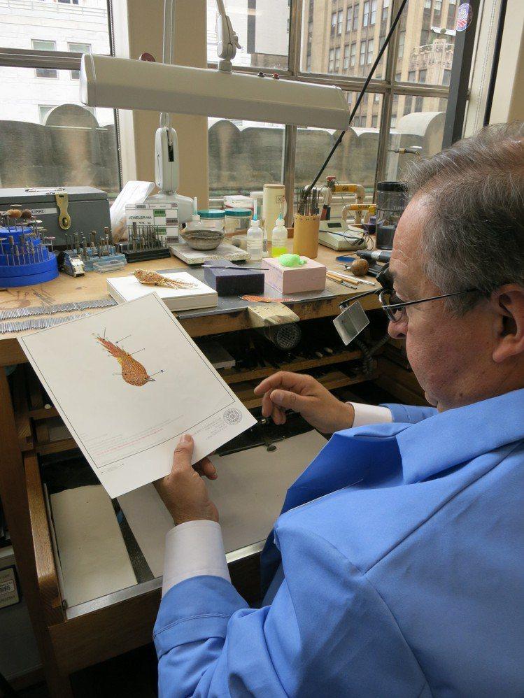 每年Blue Book系列都出自Tiffany旗艦店內的工坊,經驗豐富工匠正說明...